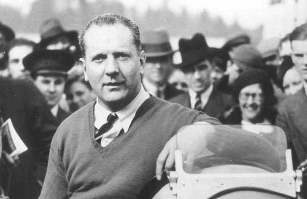L'Anglais John Cobb bat un record de vitesse terrestre