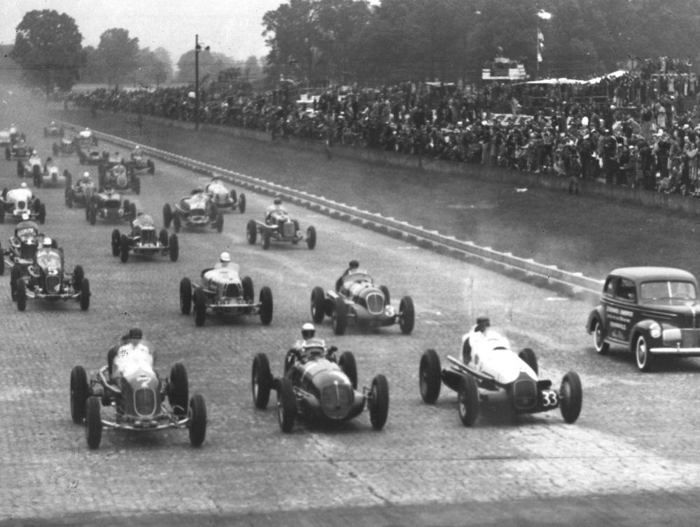 14 décembre 1909 – La dernière brique est installé sur le circuit d'Indianapolis