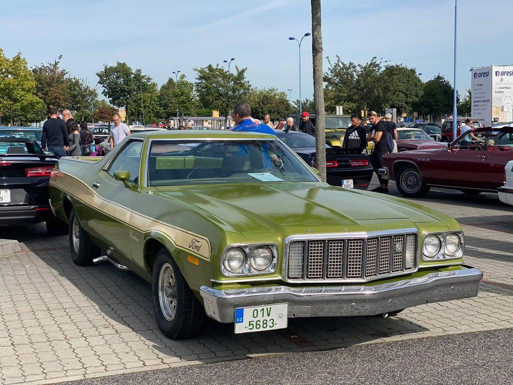 Visite d'un rassemblement de voitures anciennes américaines… à Prague