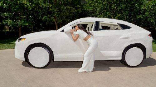 Kia Kardashian couvre sa Lamborghini Urus de peluche blanche